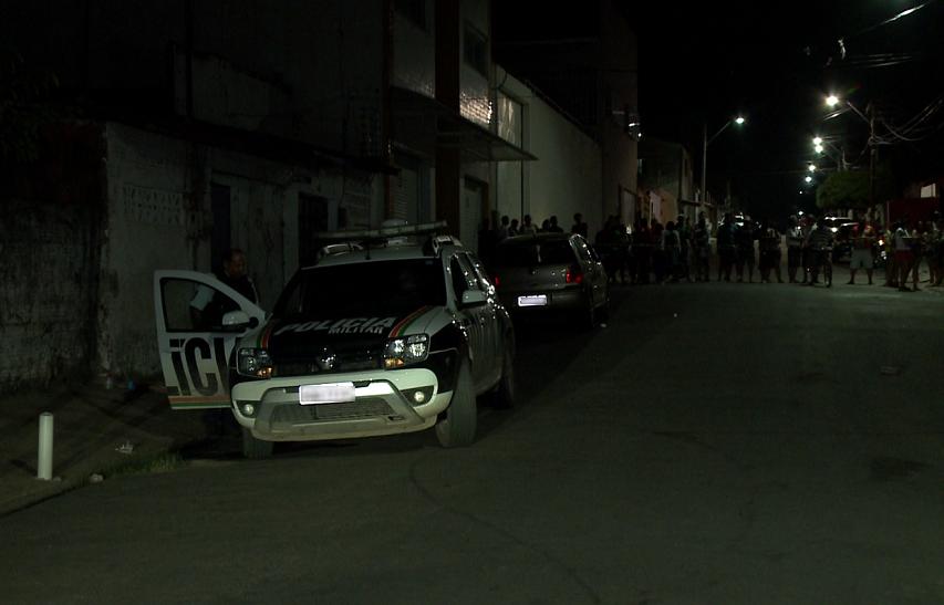 Homem é morto com 9 tiros ao lado da esposa e da filha em carro estacionado em Fortaleza