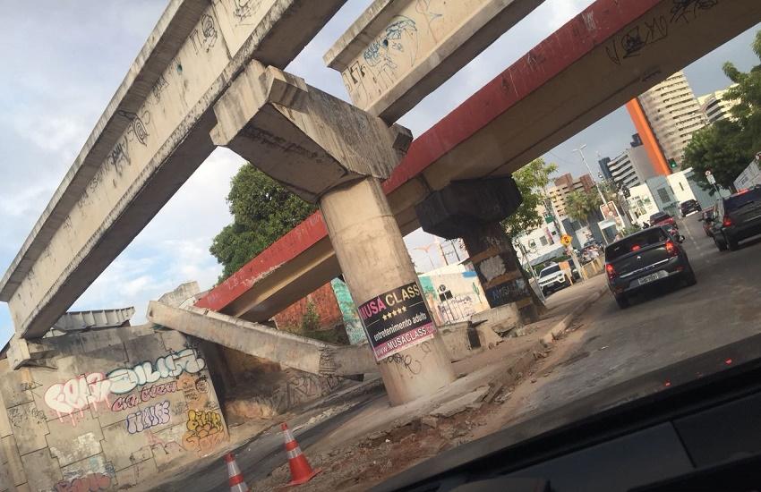 Estrutura de viaduto cai na madrugada e interdita rua no Bairro Dionísio Torres