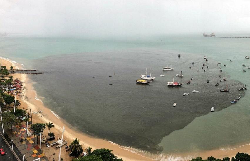 Praia do Mucuripe fica com enorme mancha de poluição após chuvas desta quinta