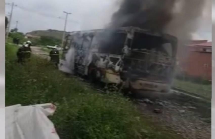 Ônibus é incendiado na comunidade Babilônia, em Fortaleza
