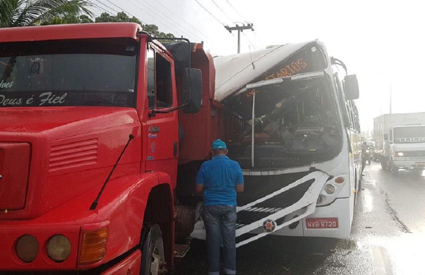 Acidente entre transporte universitário e caminhão na CE-040 deixa um morto e dez feridos