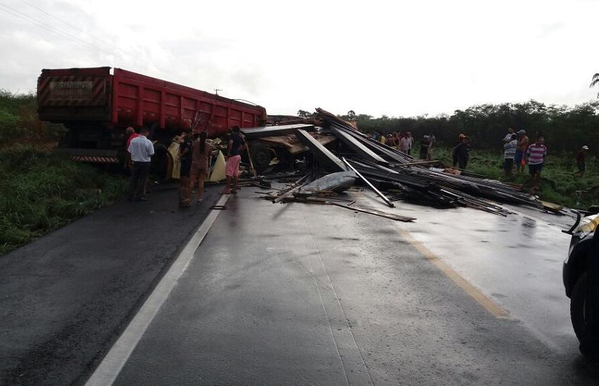 Colisão entre dois caminhões deixa condutor morto e interdita estrada em São Gonçalo