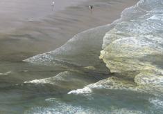 Praia do futuro vista do alto com algumas manchas em sua orla