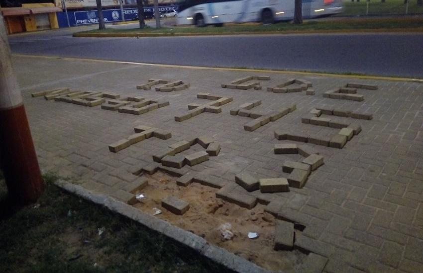 Bandidos escrevem GDE com pedras da calçada de Batalhão em Fortaleza