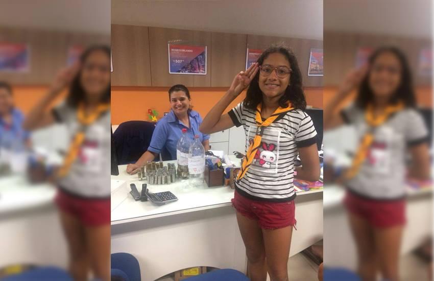 Menina economiza R$ 1.440 em moedas e paga viagem com grupo de escoteiros