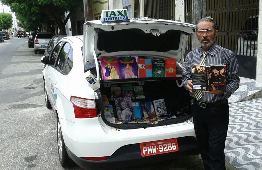 """Taxista de Fortaleza monta """"bibliotáxi"""" e oferece livros aos passageiros"""