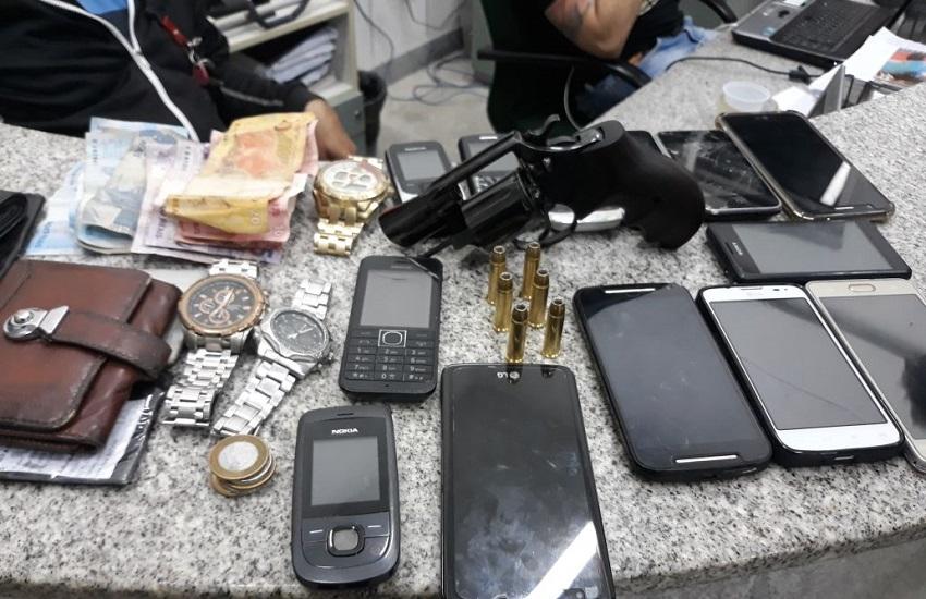 Dupla de ladrões é presa com 14 celulares após sequência de assaltos em Fortaleza