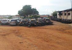 carros e motos enegrecidos por incêndio em depósito ao ar livre em Cascavel