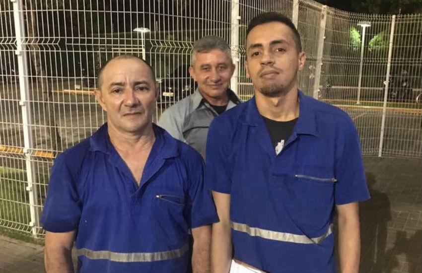 Lavadores de empresa de ônibus encontram celular perdido e devolvem ao dono