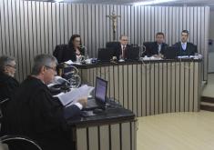 Pessoas em um Tribunal de Justiça julgando processo de pagamento de indenização a pedreiro