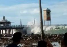 Ponte Metálica foi coberta pela onda (FOTO: Reprodução/Whatsapp)