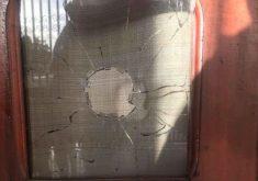 A casa foi atingida por vários tiros (FOTO: Reprodução/Whatsapp)