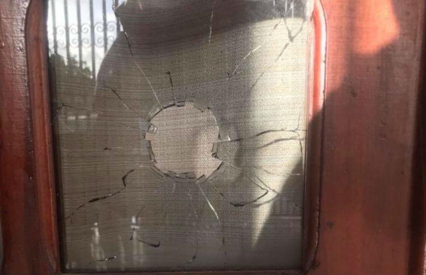 Casa de prefeito acusado de estuprar pacientes é alvo de tiros durante a madrugada
