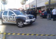 Viatura da Polícia estacionado na agência