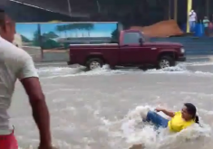 Mulher é salva por homem enquanto é puxada pela correnteza no interior do Ceará. (FOTO: Reprodução/WhatsApp)