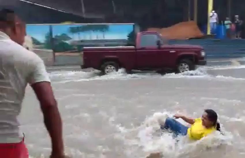 Moradores fazem vídeos de mulher e veículo sendo arrastados pelas chuvas no Ceará
