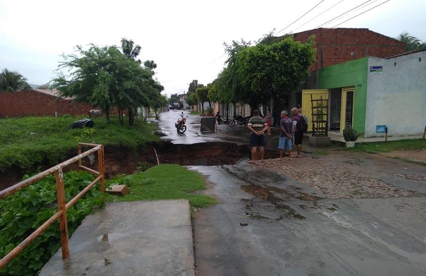 Forte chuva no Cariri gera alagamentos e crateras nas vias de Juazeiro do Norte