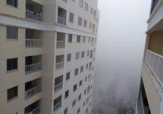 Nevoeiro cobrindo prédios