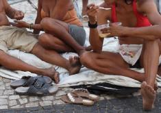 Pessoas em situação de rua em referência ao projeto Além do Papelão