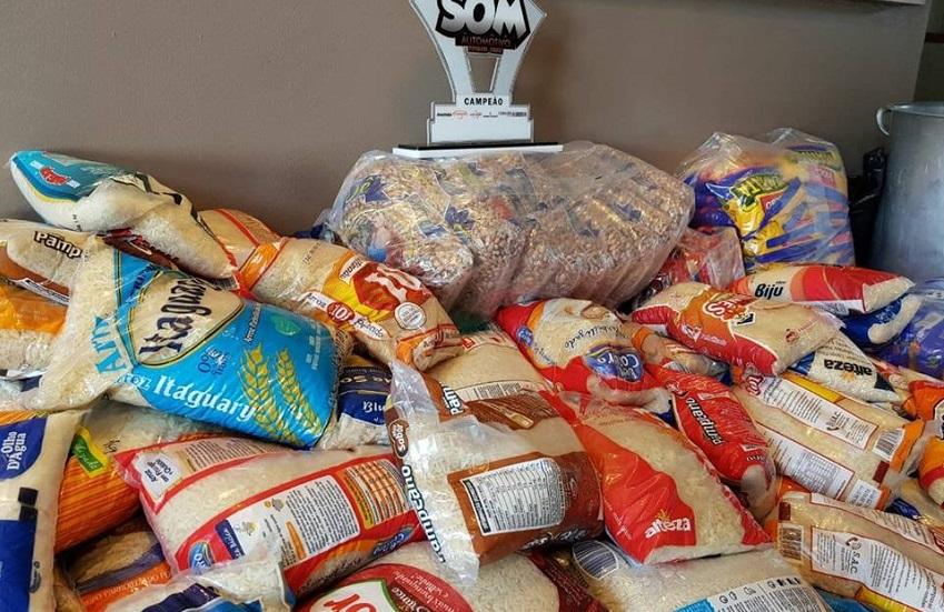 Lojas doam mais de 250 quilos de alimentos para moradores do Moura Brasil