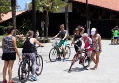 Pessoas andando de bicicleta
