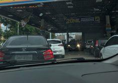 Posto de combustível com fila de carro