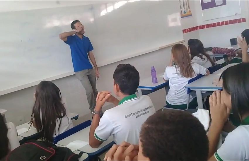 Alunos arrecadam R$ 400 para ajudar professor com salário atrasado