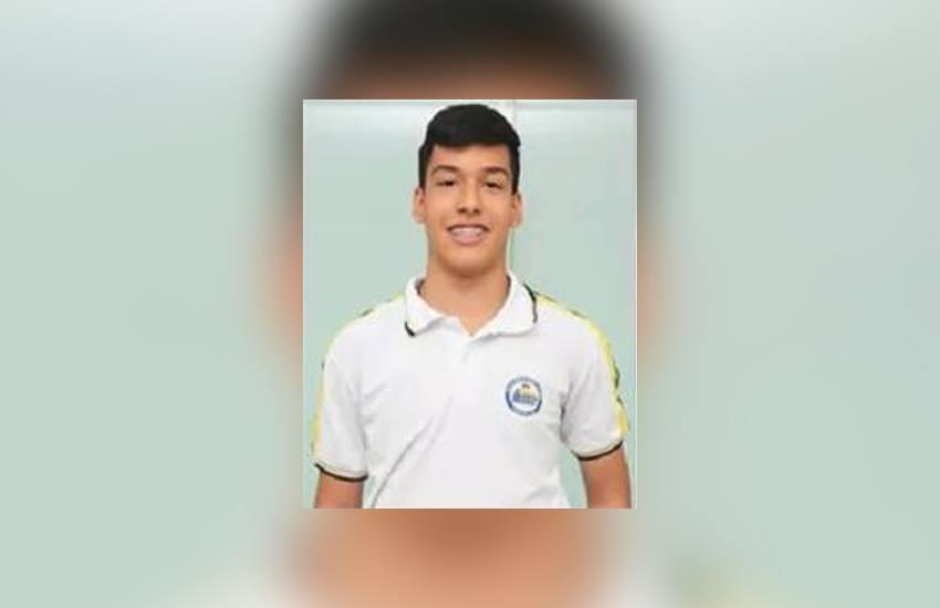 Estudante morre após choque elétrico ao atender celular que carregava no computador
