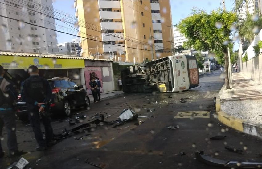 Motorista fica ferido após colidir carro em topique no Papicu
