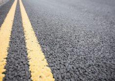 rua asfaltada em referência a Segundo a CTN, o pavimento asfáltico de todo o país é feito para durar até 12 anos