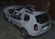 Carro destruído por queda de árvore