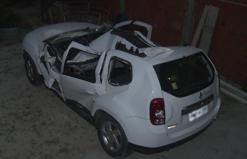 Mulher que teve carro esmagado por árvore acredita que foi salva por força divina