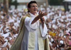 Homem em pé em referência a Padre Reginaldo Manzotti vem a Fortaleza lançar seu mais novo livro