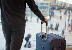 Homem com mala em aeroporto