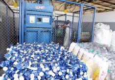 Garrafas PET reciclagem Pessoa reciclando em referência a Cearenses gostariam de reciclar, mas ainda tem dúvidas em relação ao processo, aponta pesquisa