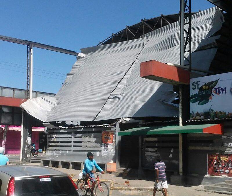 Parte do teto do Mercado Público de Caucaia desaba neste domingo