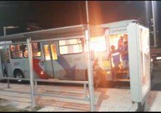 Passageiros ainda estão presos na traseira do ônibus quando bandidos ateiam fogo. (Foto: Reprodução)