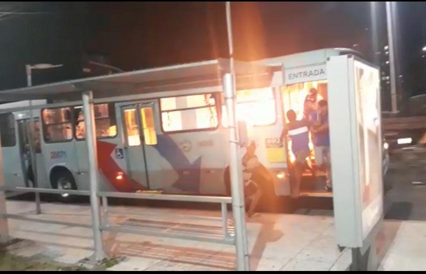 Polícia desloca efetivo para avenida onde bandidos incendiaram ônibus com passageiros dentro