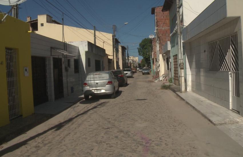 Dupla assalta passageiros que estavam em carro estacionado em rua de Fortaleza