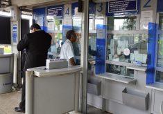 Pessoas em pé em fila em referência a Lotéricas deixam de receber contas de luz; confira alternativas de locais para pagar sua conta