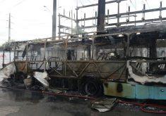 ônibus queimado em referência a Grupo armado invade e ateia fogo em dois ônibus no bairro Sapiranga