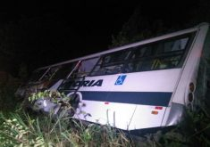 O acidente envolveu um ônibus e um carro (Foto: Antonio Silva/TV jangadeiro)