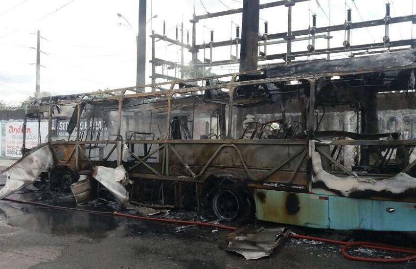 5 ônibus são incendiados em Fortaleza e Horizonte