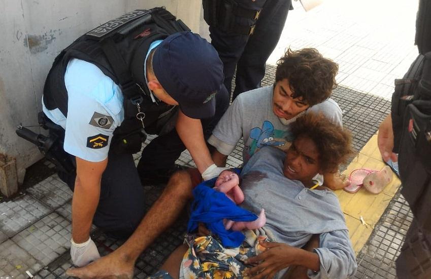 Parto de criança por policiais