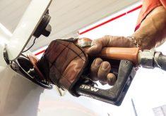 Pessoa colocando gasolina em referência a Todos os postos de combustíveis fecham na próxima segunda-feira em Fortaleza