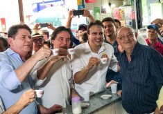Pessoas com uma xícara na mão em referência a Campanha nas ruas: candidatos ao Governo do Ceará começam saga pelo voto do eleitorado