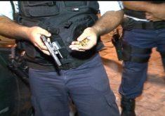 Policial segurando arma em referência a Ceará tem redução de 20,3% nas taxas de homicídios no mês de julho