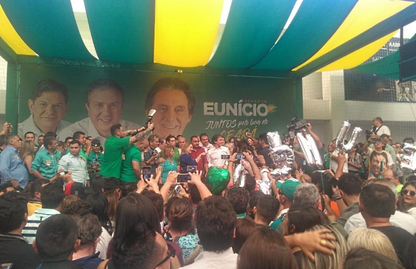 Lançado à reeleição, Eunício pede voto para Cid, presente só em banner; e para Lula, contra Ciro