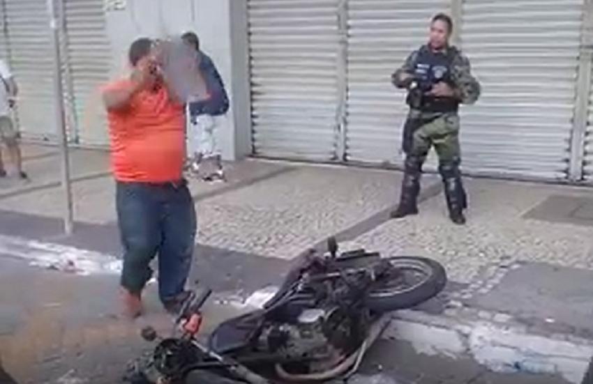 Homem se revolta com AMC e destrói a própria moto após autuação em Fortaleza