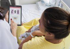 Mulher com bebê no colo em referência a Pesquisadores criam aplicativo para prevenir incontinência urinária